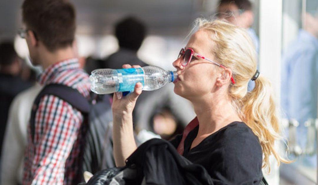 La verdadera razón por la que no puedes pasar agua por el control del aeropuerto